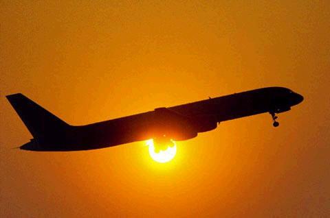 Arre, vai-te embora pá, desampara-me a loje, bazaaaa...vá, eu levo-te ao aeroporto, rápido, não vás perder o avião!